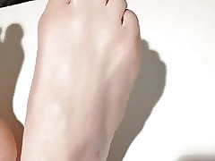 Long toes and sexy feet .with lotion